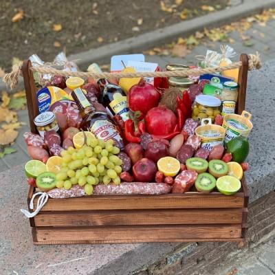 Большой подарочный ящик с продуктами