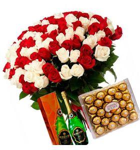 101 красно-белая роза с бутылкой шампанского и конфетами