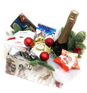 Коробка з солодощами та макарунами на Новий Рік