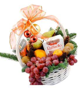 Новогодняя корзина с Рафаэлло и фруктами