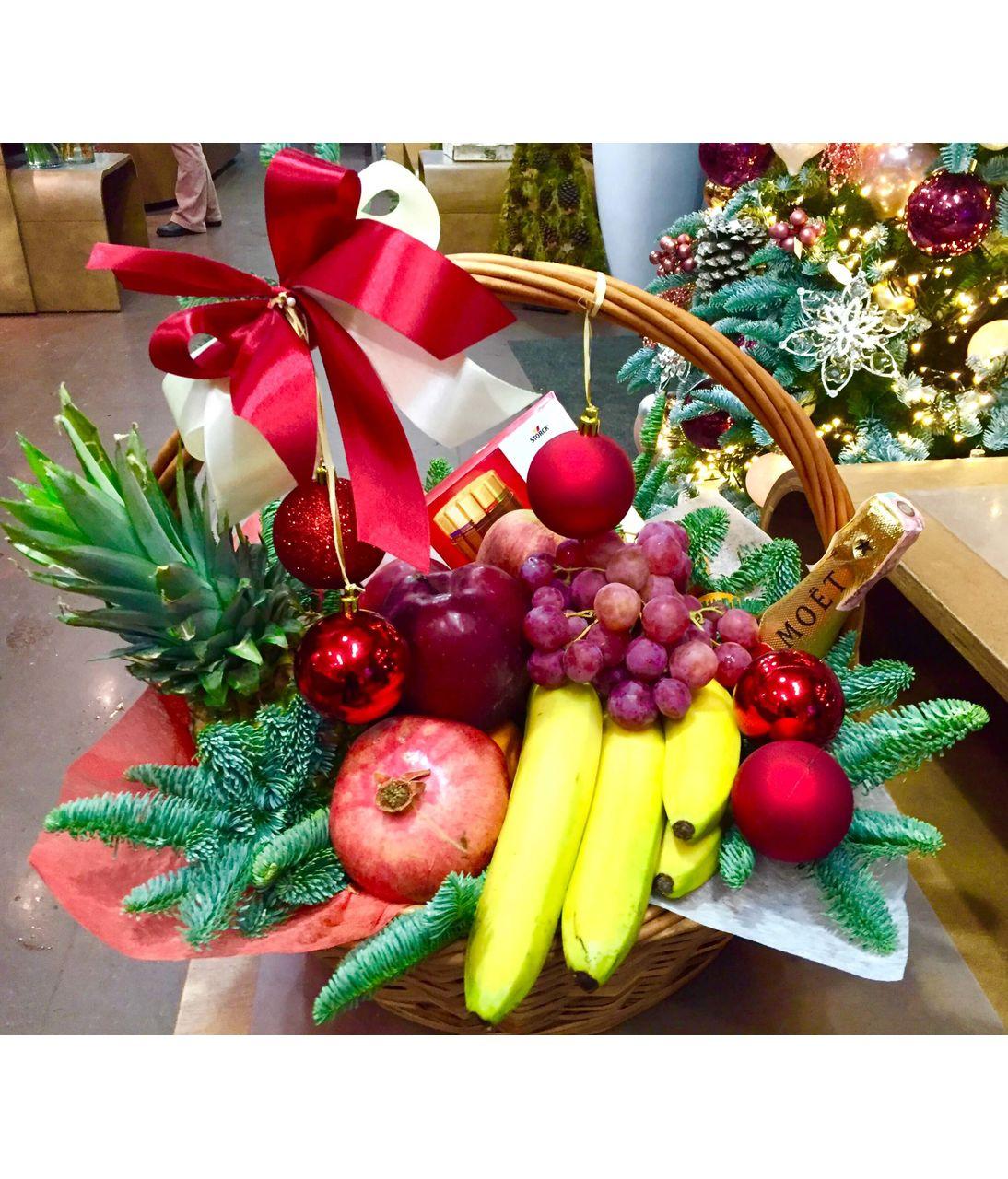 Новогодняя фруктовая корзина. superflowers.com.ua. Купить фрукты в корзине на Новый Год