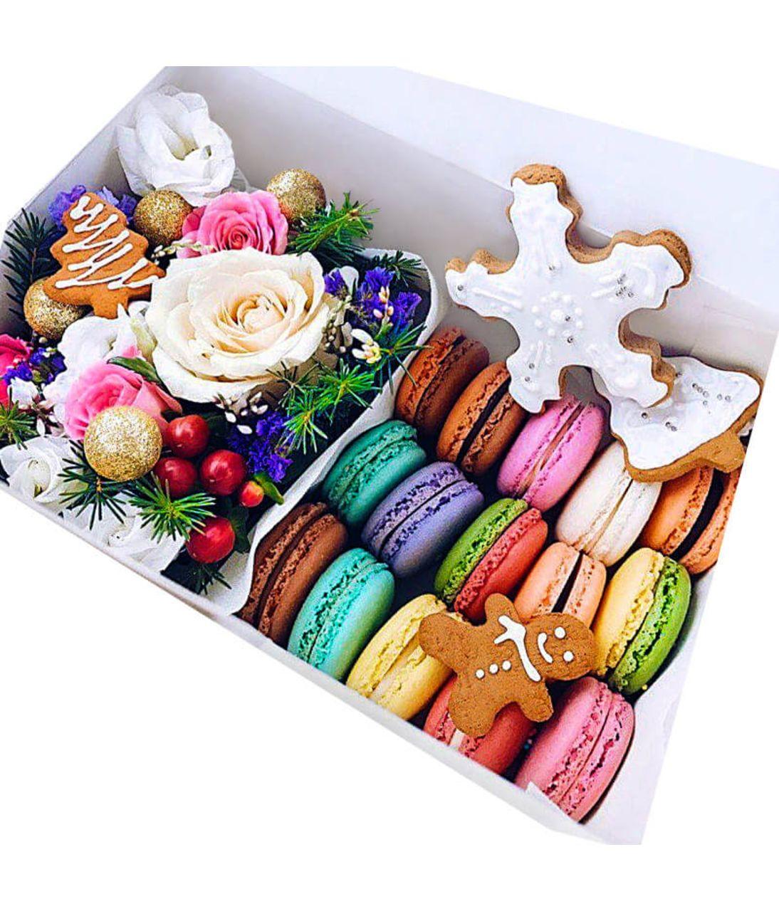 Новогодняя коробка с макарунами. superflowers.com.ua. Купить цветы в коробке с макарунами