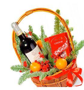 Новорічний кошик з вином