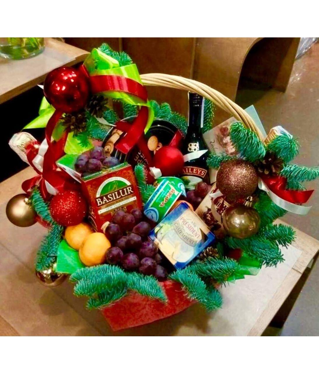 Подарочная корзина с фруктами на Новый Год. superflowers.com.ua. Купить фруктовую корзину к новому году