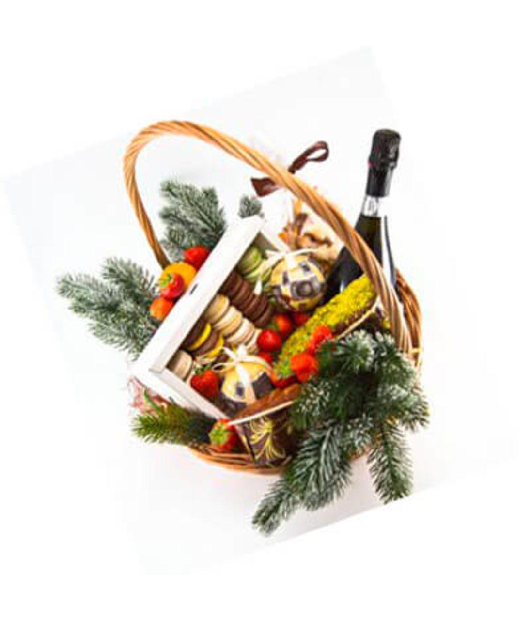 Подарочная новогодняя корзина и 15 Макаронс. Superflowers.com.ua