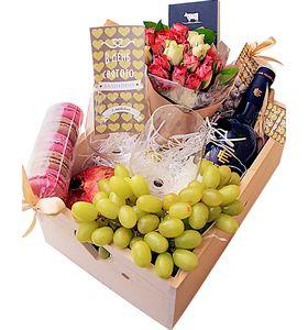 Деревянный подарочный ящик с розами, фруктами и вином