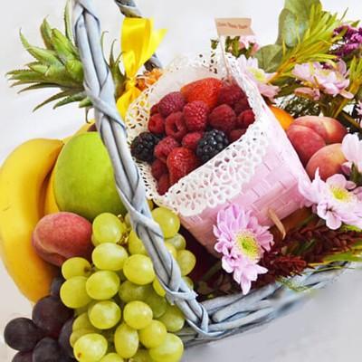 Кошик з фруктами і ягодами