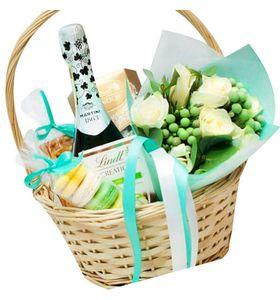 Подарочная корзина с шампанским и сладостями