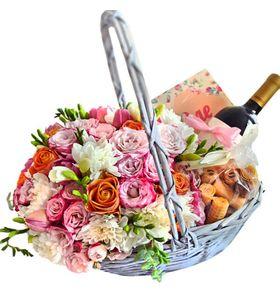 """Подарочная корзина с цветами """"Праздничная"""""""