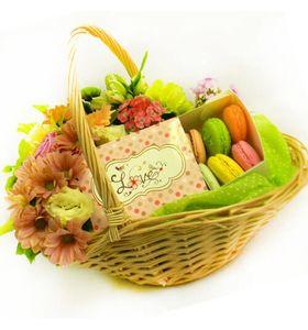 Подарунковий кошик з солодощами