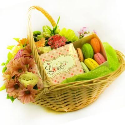 Подарочная корзина со сладостями
