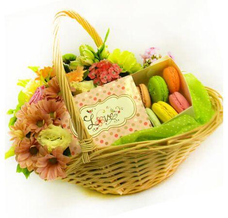 Подарочная корзина со сладостями. Superflowers.com.ua