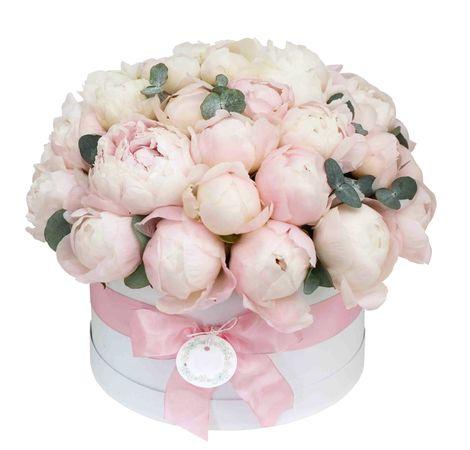51 пион в шляпной коробке. superflowers.com.ua. Купить пионы в коробке в Киеве