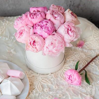 15 розовых пионов в шляпной коробке