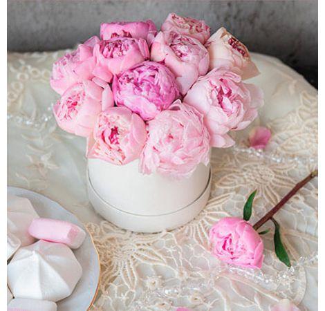 15 розовых пионов в шляпной коробке. Superflowers.com.ua
