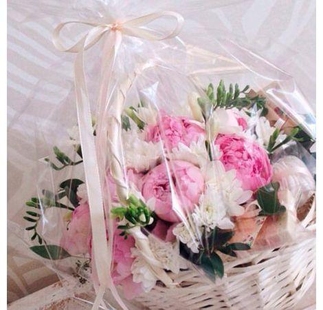 Корзина с пионами и шоколадом. Superflowers.com.ua