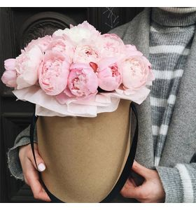 25 розовых пионов в шляпной коробке
