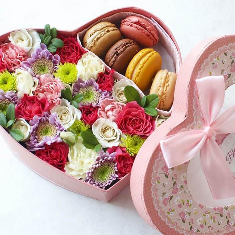 5 макаронс и сердце из роз