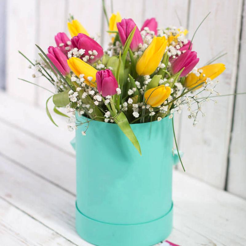 """19 тюльпанов микс в шляпной коробке """"Краски весны"""""""