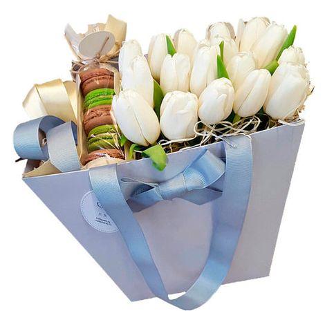 15 білих тюльпанів в коробці і макаруни. Superflowers.com.ua