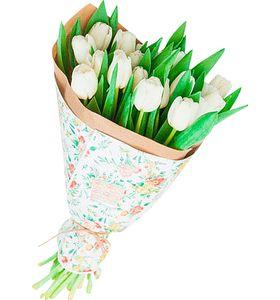 Букет из 17 белых тюльпанов в крафт бумаге. superflowers.com.ua. Купить живой букет белых тюльпанов в Киеве