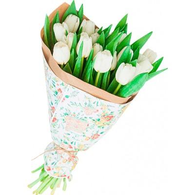 Букет из 17 белых тюльпанов в крафт бумаге