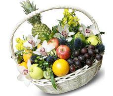 Большая корзина с цветами и фруктами