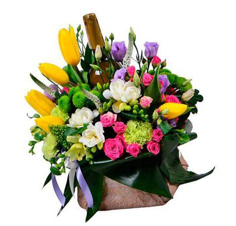 Цветочная композиция и вино. Superflowers.com.ua