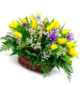 """Ирисы и тюльпаны в корзине """"Яркий вечер"""""""