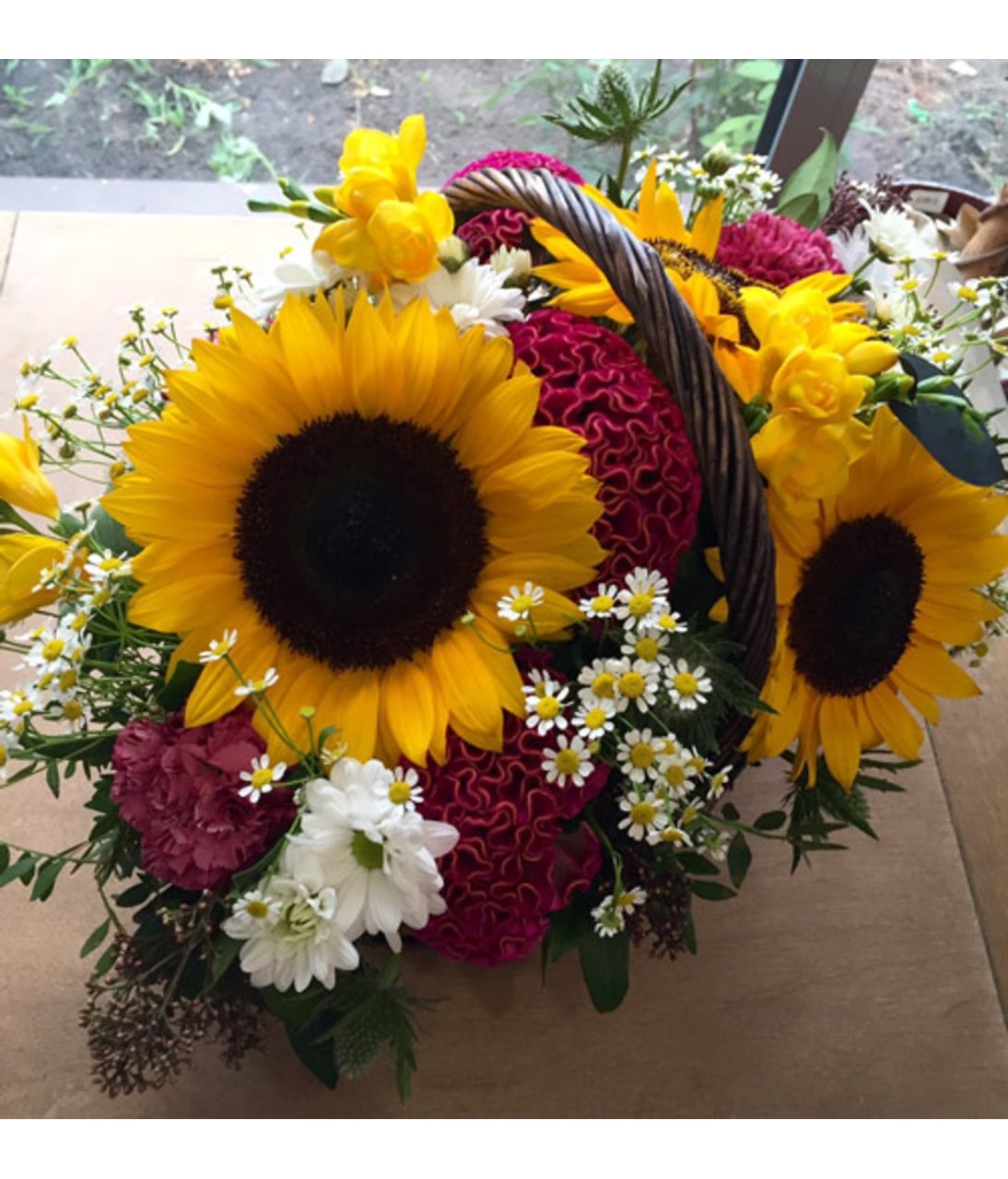 "Корзина цветов с подсолнухами ""Лучик"". Superflowers.com.ua"