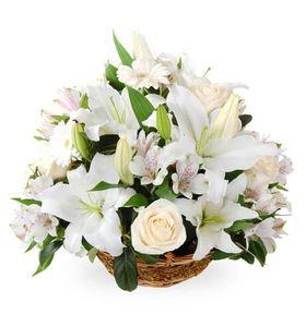 Корзина с белыми лилиями