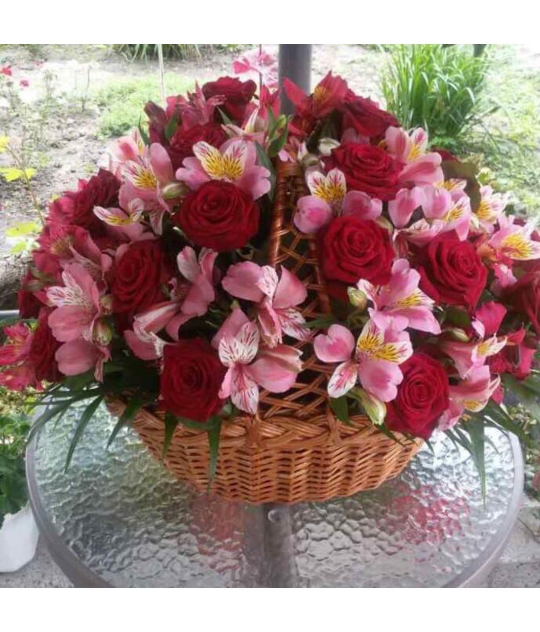 """Кошик з квітами """"Душевний подарунок"""". Superflowers.com.ua"""