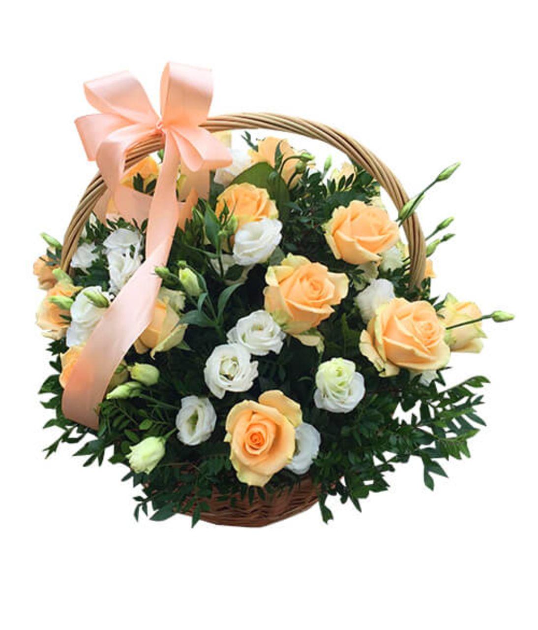 """Кошик з квітами """"Ніжний персик і біла вуаль"""". Superflowers.com.ua"""