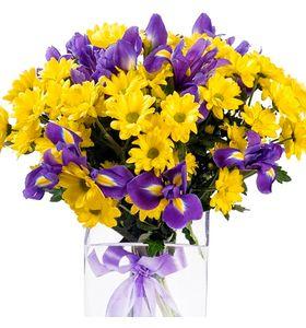 Букет из ирисов и желтых хризантем
